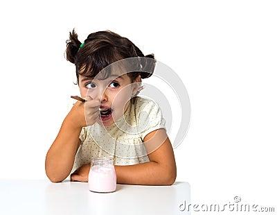 Meisje die yoghurt eten