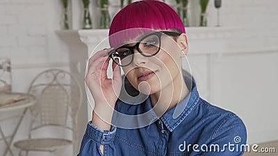 Meisje gezet op haar glazen in langzaam-mo en glimlach stock videobeelden