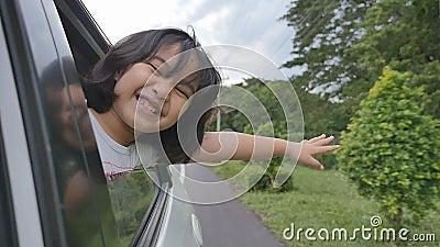 Meisje het Spelen op Vensterauto, Familie die op Platteland reizen stock video