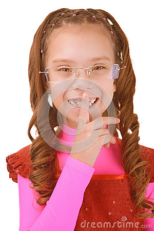 Meisje-kleuter gezette vinger aan lippen