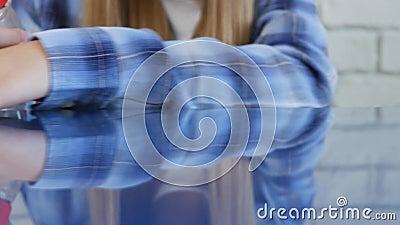 Meisje maakt het stof schoon, tiener kindreinigingstabel met een natte doekje stock footage