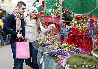 Meisje met jongen die kerstmisbloem kiezen stock foto afbeelding 64911991 - Jaar oude meisje kamer foto ...