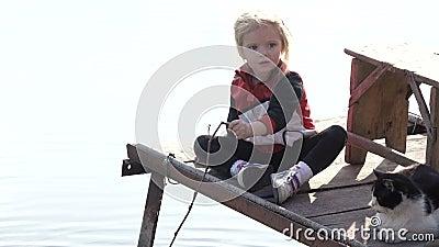 Meisje met kat visserij stock videobeelden