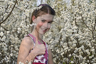 Meisje met witte bloemen die het O.K. lachen tonen