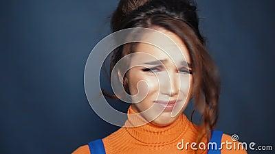 Meisje in pasvorm van hysterie Mooie vrouw die met het schreeuwen het oneens zijn stock videobeelden