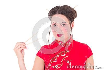 Meisje in rode Japanse die kleding met eetstokjes op wit wordt geïsoleerd