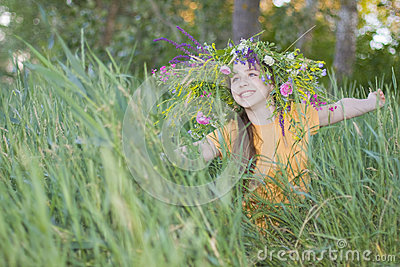 Meisje-tiener in een kroon van kleuren