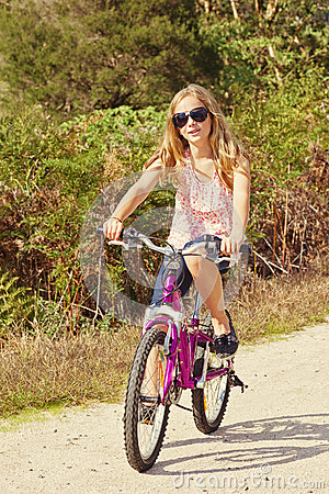 Meisjes berijdende fiets