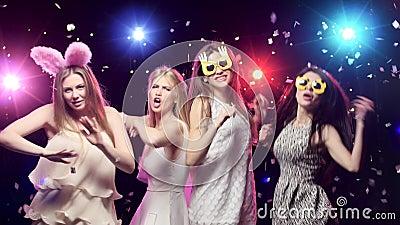 Meisjes Bij Vrijgezellinpartij Die En Pret Hebben Dansen Stock Video    Video Bestaande Uit Lampen, Vriendschap: 72221029
