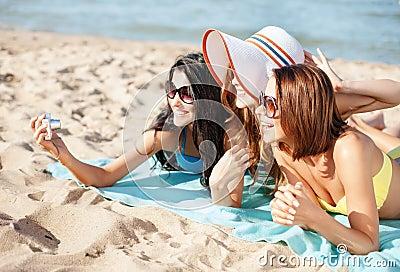 Meisjes die zelfportret op het strand maken
