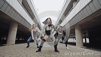 Meisjes het dansen moderne hiphopdans in parkeerterrein, het stellen, eigentijds vrij slag, stedelijk milieu stock videobeelden