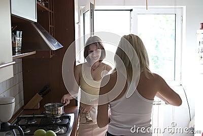 Meisjes in keuken