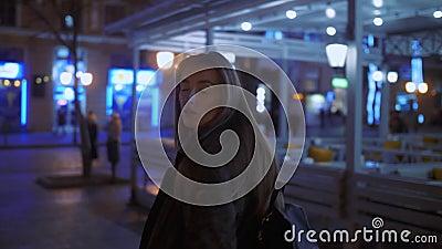 Meisjesgangen bij nacht in de stad stock video