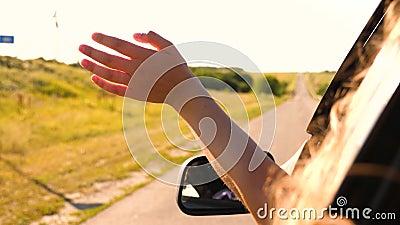 Meisjesreiziger reist met de auto op zoek naar avontuur een vrouw met lang haar zit voor de stoel van de auto , en steekt uit . stock footage