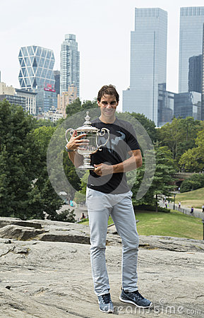 Meister Rafael Nadal des US Open 2013, der mit US Open-Trophäe im Central Park aufwirft Redaktionelles Stockfotografie