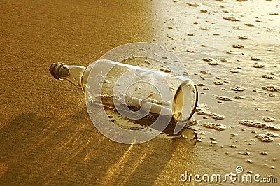 Meldung in einer Flasche am Sonnenuntergang