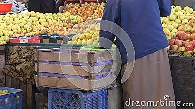 Mele della stalla della frutta del mercato del Marocco stock footage