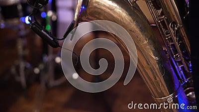 Melhor filmagem de uma peça saxofônica em música de jazz saxofone dourada Música ao vivo na festa Feche as mãos e os botões vídeos de arquivo