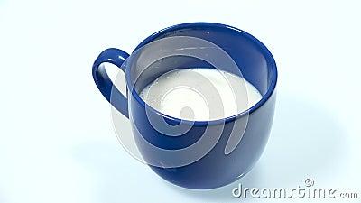 Melk en Graangewassen in een Blauwe Mok stock video