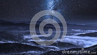 Melkachtige manier over stromende wolken in de Tatra-Bergen, Polen stock videobeelden