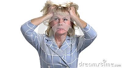 Mellersta ålderkvinna med huvudvärken som trycker på hennes huvud lager videofilmer