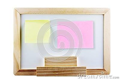 Memorando amarelo e cor-de-rosa não no whiteboard