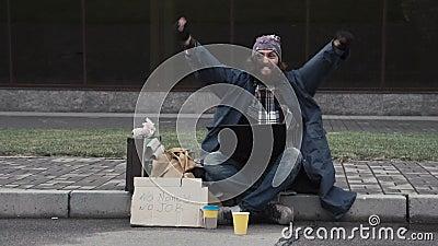 Mendigo sin hogar divertido que gana una fortuna en línea almacen de metraje de vídeo