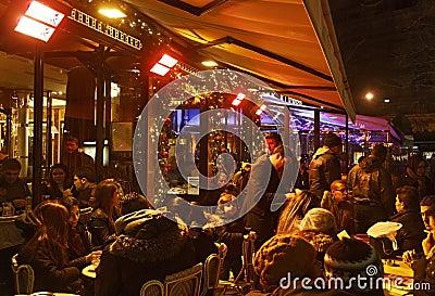 Menge der Leute auf einer französischen Terrasse Redaktionelles Foto