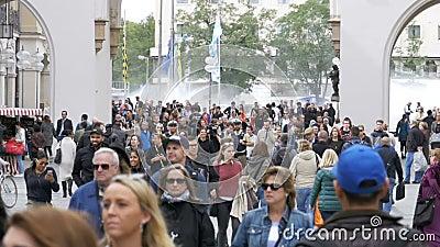 Menge von Leuten gehen entlang die Marienplatz-Straße in München, Deutschland Langsame Bewegung stock footage