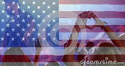 Menigte die van tijd genieten bij overleg met Amerikaanse vlag stock videobeelden