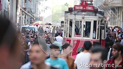 Menigte van mensen die de straten lopen Istanboel/Taksim/Istiklal/April/2016 stock footage