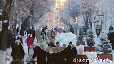 Menigte van mensen die de tijdtijdspanne lopen van de stadsstraat stock videobeelden