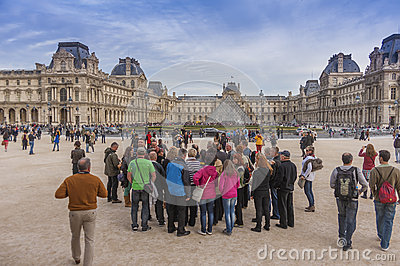 Menigten bij het Louvre Redactionele Stock Foto