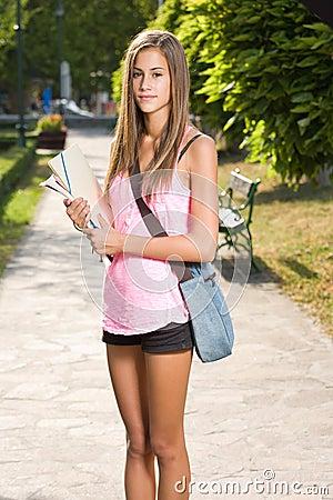 Menina adolescente bonita do estudante.