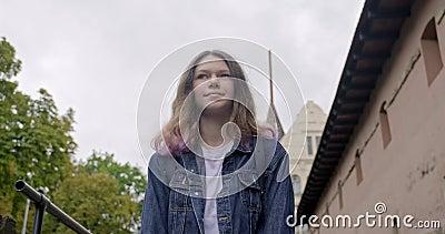 Menina adolescente caminhando Depressão por emoção, tristeza dá lugar a sorriso, alegria, felicidade filme