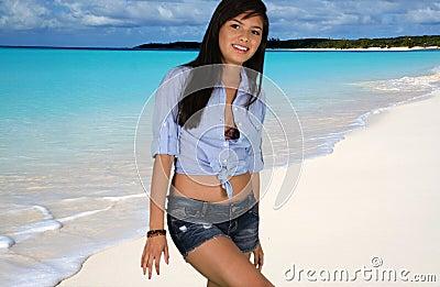 Menina adolescente na praia