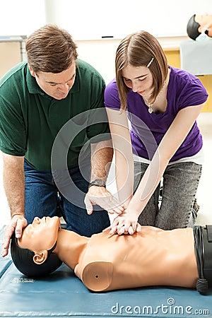 A menina adolescente pratica o CPR