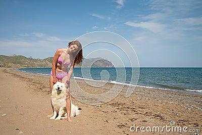 Menina alegre junto com o samoyed