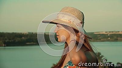 A menina aprecia a natureza e gerencie no fundo do rio Movimento lento video estoque