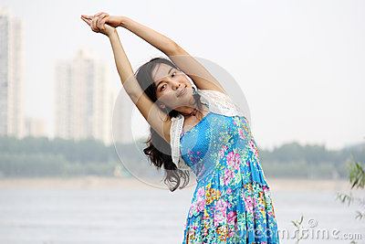 A menina asiática faz a ioga