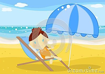 Menina assentada em um deckchair na frente do mar