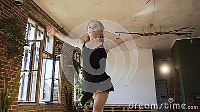 38a5bcacb6 Menina Atrativa Do Adolescente Vestida No Corpo Preto E No Bailado  Praticando Da Saia No Estúdio Bailarina Graciosa Do Dançarino Filme - Vídeo  de dancer