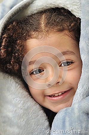 Menina atrás do cobertor