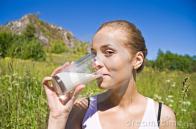 A menina bebe o leite.