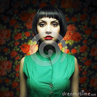 Menina-boneca no vestido verde