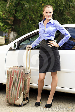 Menina bonita com mala de viagem