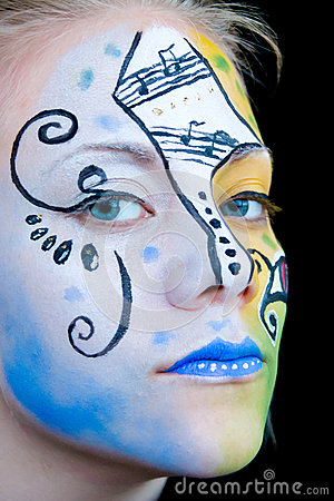 Menina bonita com pintura colorida da face