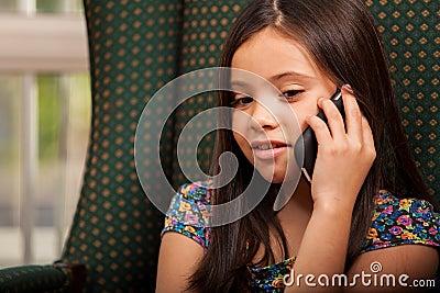 Menina bonita com um telefone celular