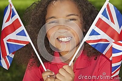 Menina bonita da raça misturada com as bandeiras de Jack de união