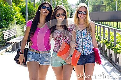 Menina bonita do estudante com alguns amigos após a escola